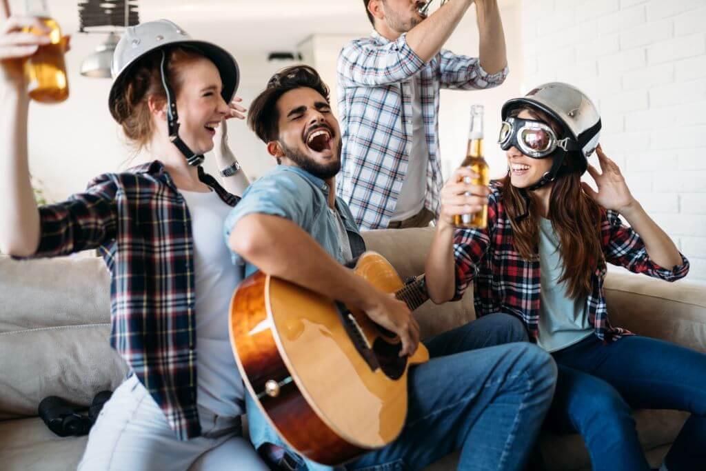 Erwachsene feiern Geburtstag mit Gitarre